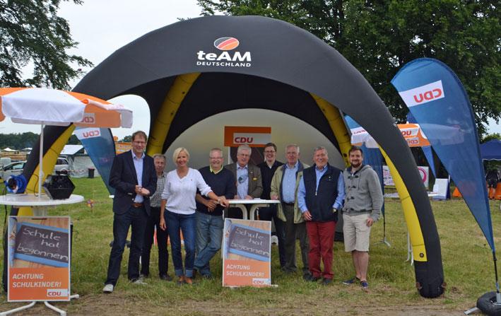 Starke Besetzung: Der Bundestagsabgeordnete Gero Storjohann (links) und viele bekannte CDU-Gesichter trafen sich am Sonnabend zum Auftakt vom Drachenfest im CDU-Pavillon.