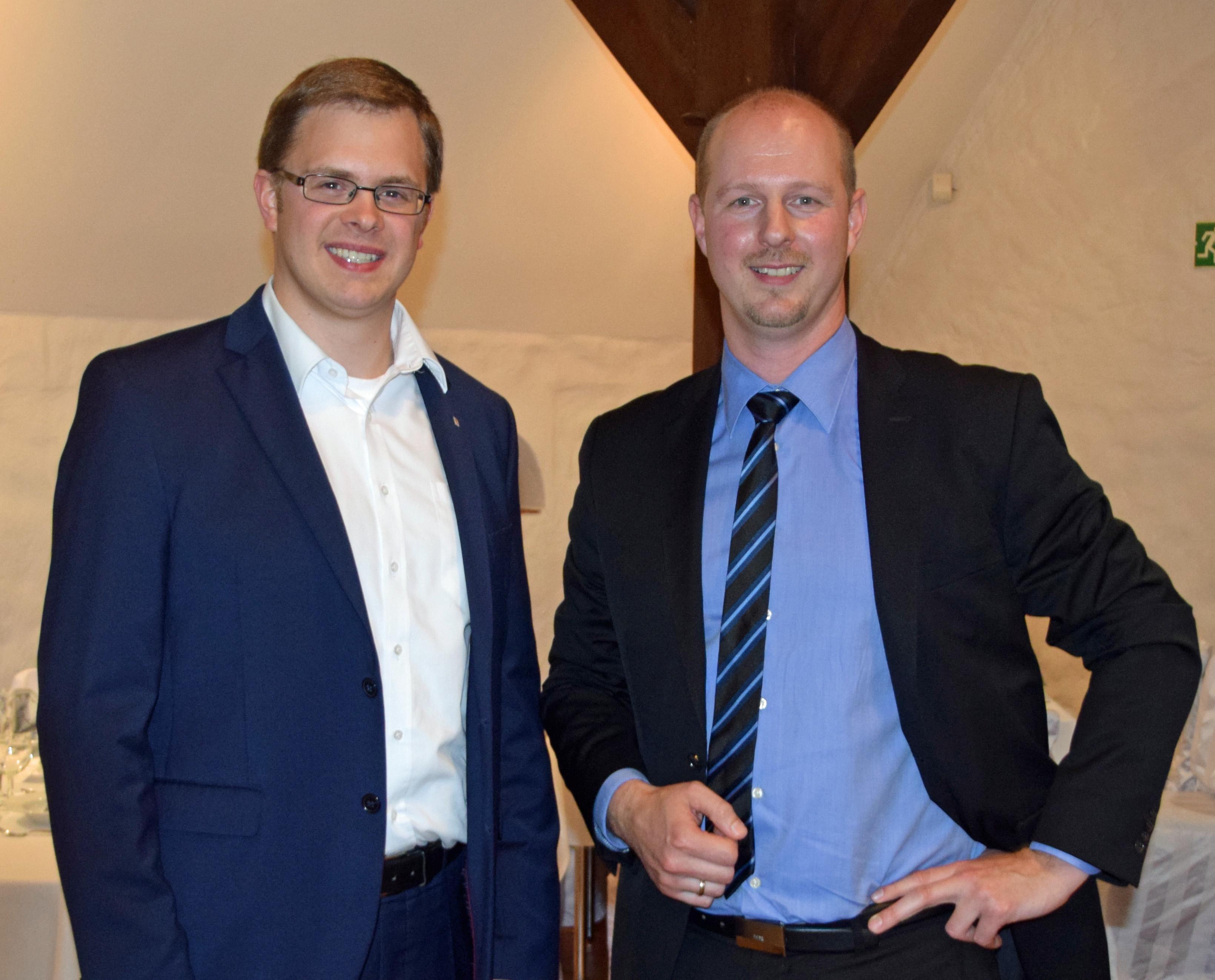 Landtagskandidat Ole-Christopher Plambeck gratuliert dem neu gewählten Ortsvorsitzenden der CDU Kaltenkirchen Thomas Kurz